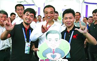 """李克强总理参观双创周主题展示 为创业者""""发红包"""""""