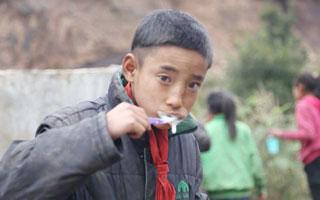 为四川凉山山区近800位儿童做口腔义诊 深圳牙医暖心直播