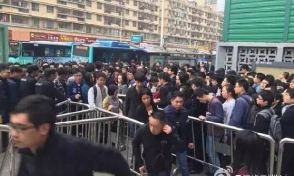 深圳地铁1号线今早出故障 市民滞留地铁站场面似春运