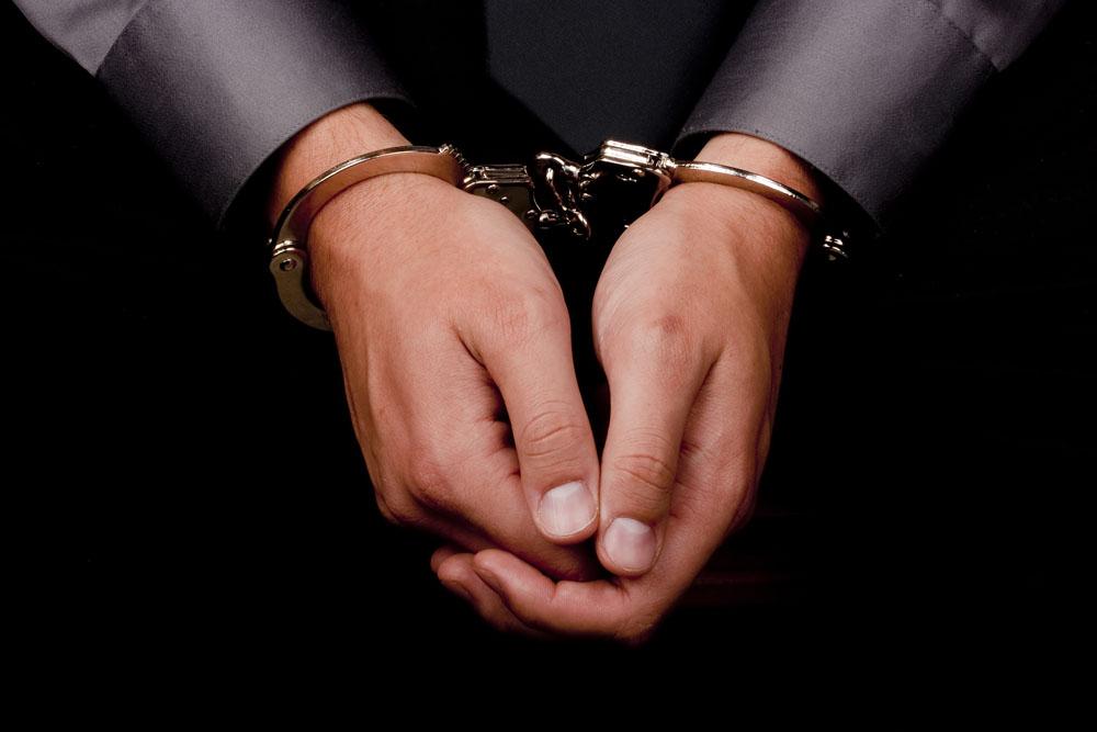 关员涉受贿百万翻墙逃跑隐姓埋名 16年后淘宝购物泄露行踪被抓