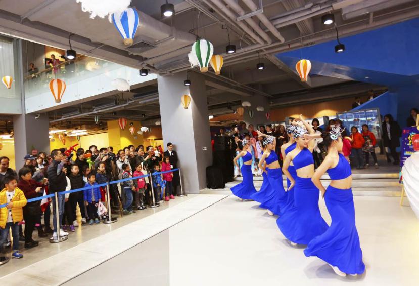 开业仪式现场精彩的青少年歌舞表演
