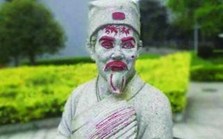 湖南大学标志性雕像 才晾完被子又遭涂鸦
