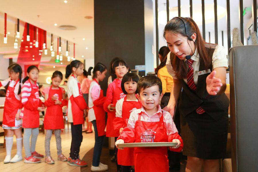 小职业体验营孩子变身服务员家长成顾客_