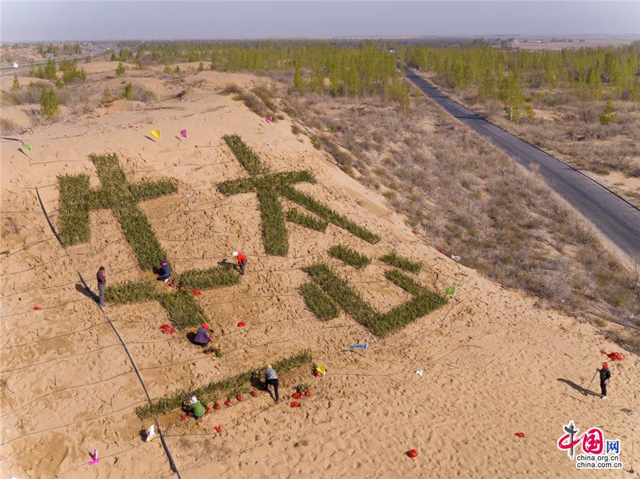 """""""绿水青山就是金山银山"""",在库布其沙漠,""""生态""""二字已经深入人心。乔治· 斯坦梅茨 摄"""