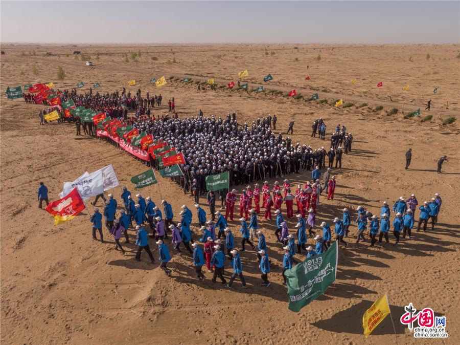 每年的地球日,库布其沙漠都要举行植树公益活动,图为2017年4月22日,第48个世界地球日库布其沙漠植树活动的场景。乔治· 斯坦梅茨 摄