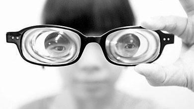 四川高考女生患罕见眼病 来深寻医摆脱眼疾