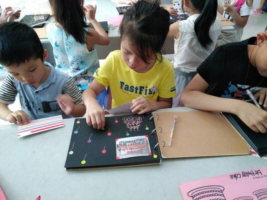"""通过手工制作相册的课程,让参与活动的小朋友动手""""多样童年"""",从而增强"""
