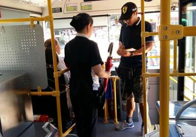 """公交车配""""共享雨伞""""通借通还获市民点赞"""