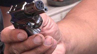 """南都鉴定:小学周边卖的电人""""手枪""""或能致命"""
