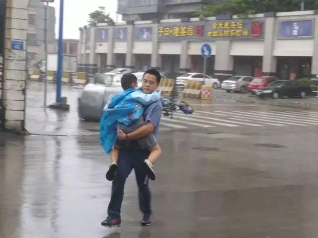 台风肆虐  这三个人几次冲上马路救人!