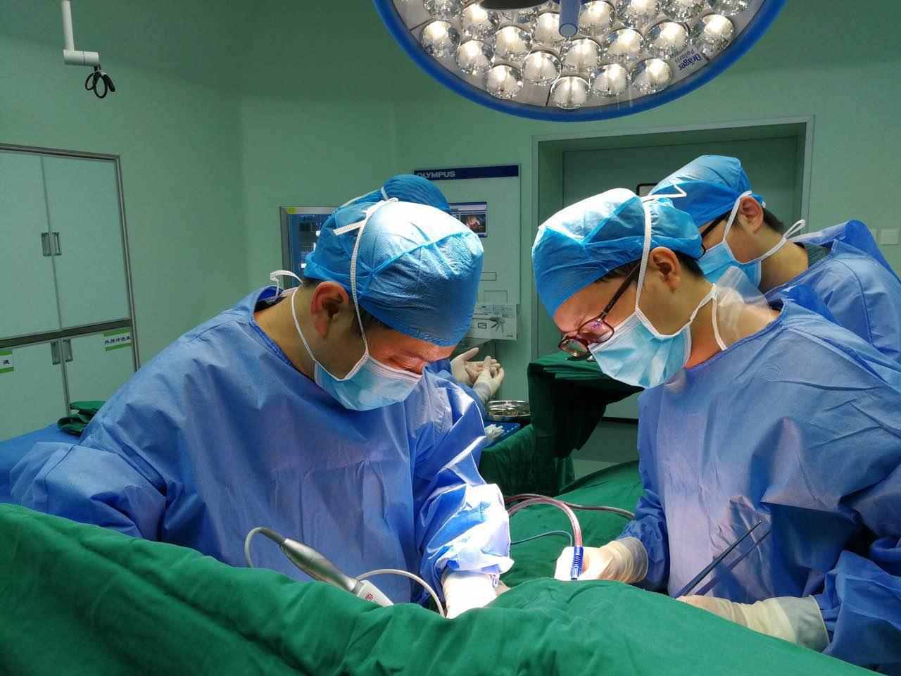 罕见!38岁男子胸腔内长肿瘤 直径22厘米巨大如足球