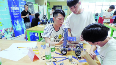 去年深圳机器人行业产值为500亿元人民币
