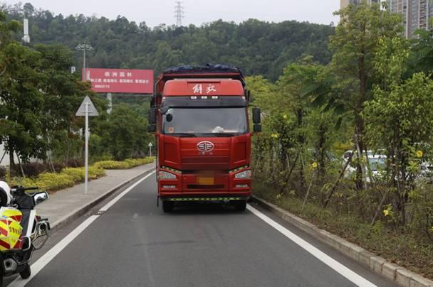 深圳公路上男子指挥货车倒车 被好兄弟碾压身亡