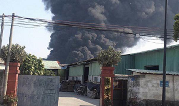 东莞这镇街一工厂突发火灾,现场还有明火,浓烟滚滚!