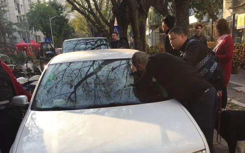 深圳一6岁女童被困车内 民警救人反遭家长投诉