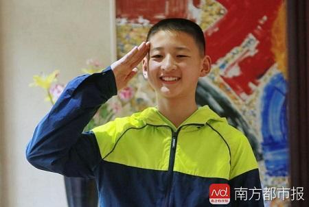 """汶川地震""""敬礼娃娃""""已成长为爱运动的翩翩少年"""