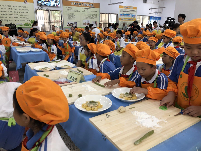 深圳这所学校把课堂搬到食堂,却获得了一致好评,为什么?