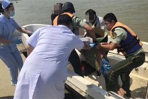 珠海一渔船两名船工接连患病昏迷,危急时刻,公安驾驶快艇来救援