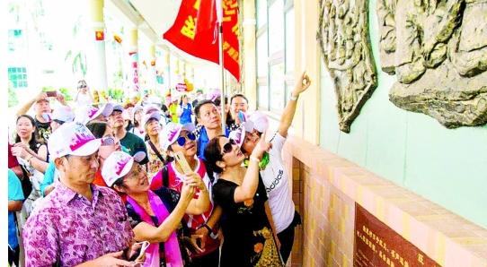"""深圳市民乘""""时光之旅""""大巴 游览辖区景点"""