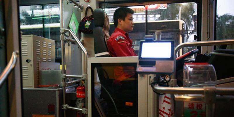 广州个别公交车驾驶位装有隔离门,乘客赞成司机有顾虑