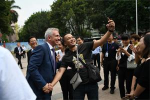 法兰克福市长到访广州,与街坊自拍合照