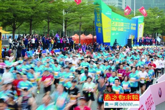 12月16日,2018深圳国际马拉松鸣枪发令,跑手陆续从起跑点起跑.