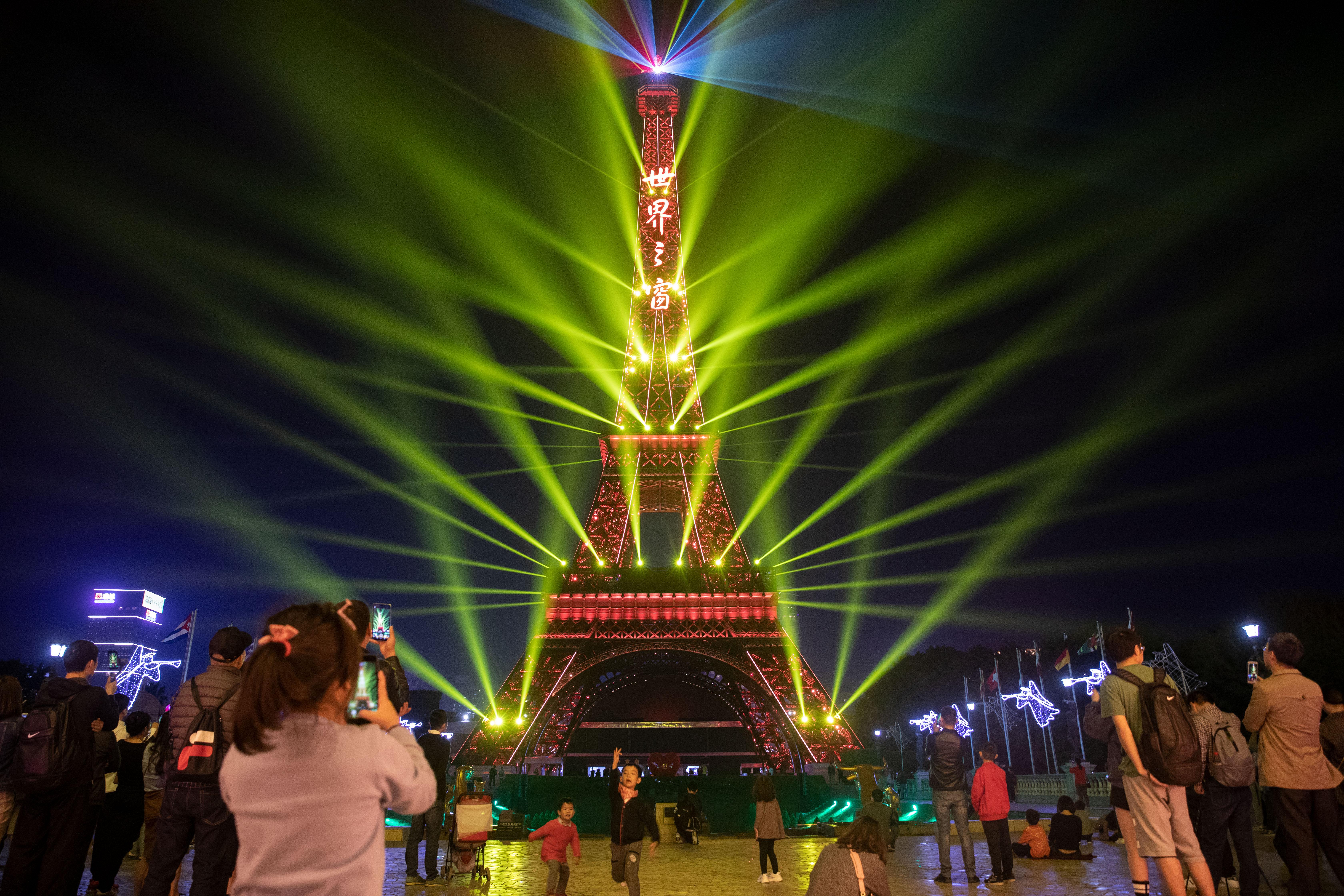 并在精致的空间结构与浮翠流丹的光影中进行灯光互动.