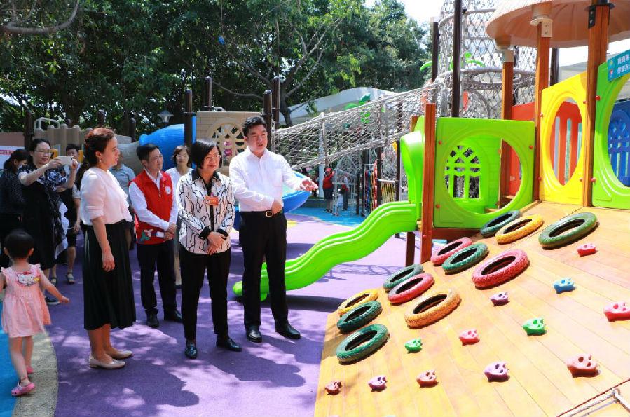 作為寶安區首個建筑面積最大的社區兒童公園,福圍社區兒童公園建成啟用,是拓展城中村兒童活動空間的一次有益探索,也是寶安區創建婦女兒童友好型城區的重要舉措。在4月24日的開園儀式上,市婦聯主席馬宏深情地為福永街道福圍社區兒童公園點贊。福永街道持續發力,認真貫徹落實深圳市建設兒童友好型城市、寶安區創建新時代婦女兒童友好型城區的目標部署,2019年將完成畔山小區兒童微公園、馬山小區兒童微公園、下沙村兒童微公園等多個城中村兒童微公園的建設,全面拓展兒童空間,切實提升鳳凰福地的幸福感和安全感。