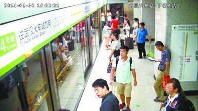 女子持刀地铁车厢内逐人索要两元被制服