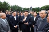 习近平在深圳莲花山公园与当年参与特区建设的老同志交谈。新华社记者兰红光摄