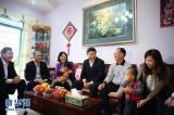 这是习近平在深圳罗湖区南湖街道渔民村社区考察时看望居民邓伟雄一家。新华社记者兰红光摄