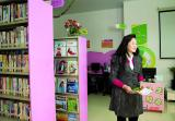小区图书室管理员文玉兴,早年嫁到渔民村,成为渔民村的媳妇。