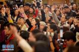 3月2日,全国政协十二届四次会议新闻发布会在北京人民大会堂举行,大会新闻发言人王国庆介绍会议有关情况并回答中外记者提问。这是记者在发布会上举手提问。新华社记者 李鑫 摄