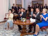 6月19日,国家主席习近平和夫人彭丽媛下午抵达波兰首都华沙,当晚即应邀来到贝尔维德宫做客。这是习近平和彭丽媛同杜达夫妇共同欣赏波兰马佐夫舍民族歌舞团的精彩演出。新华社记者 谢环驰 摄