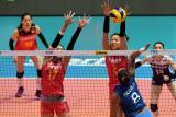 """2.尽管中国习惯在这个赛事中练兵,锻炼队伍,但平淡的成绩也凸显了中国队目前青黄不接。目前中国女排阵中最拿得出手的就是""""世界第一主攻""""朱婷。这是朱婷(右二)与队友颜妮(左二)在比赛中拦网。"""