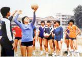 """8.自1981年,中国女排参加了日本世界杯。郎平、孙晋芳、陈招娣等队员获得中国女排的第一个世界冠军,也是中国三大球项目的第一个世界冠军,世界女子排球真正进入""""中国时代""""。中国女排历来都是凭借国家队的训练水平保证着中国女排的长盛不衰。刻苦的训练外,新人源源不断涌现,也为中国女排注入了繁荣的活力。这是当年台山排球运动员训练新苗。"""