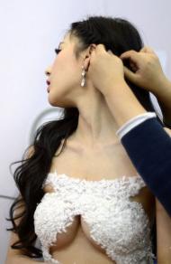 北京车展休息室里的女模