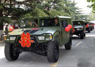 """解放军集体婚礼 """"猛士""""变婚车接新娘"""