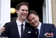 卢森堡同性恋首相大婚 依偎老公秀恩爱