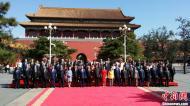 习近平同出席纪念大会的外国政要等合影